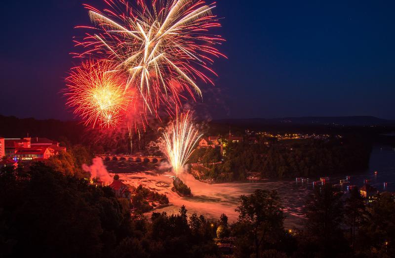 Fantastische Feuerwerk-Bouquets verzaubern die einzigartige Kulisse des grössten Wasserfalls Europas
