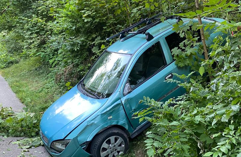Neuhausen am Rheinfall: Parkiertes Auto rollt über Böschung