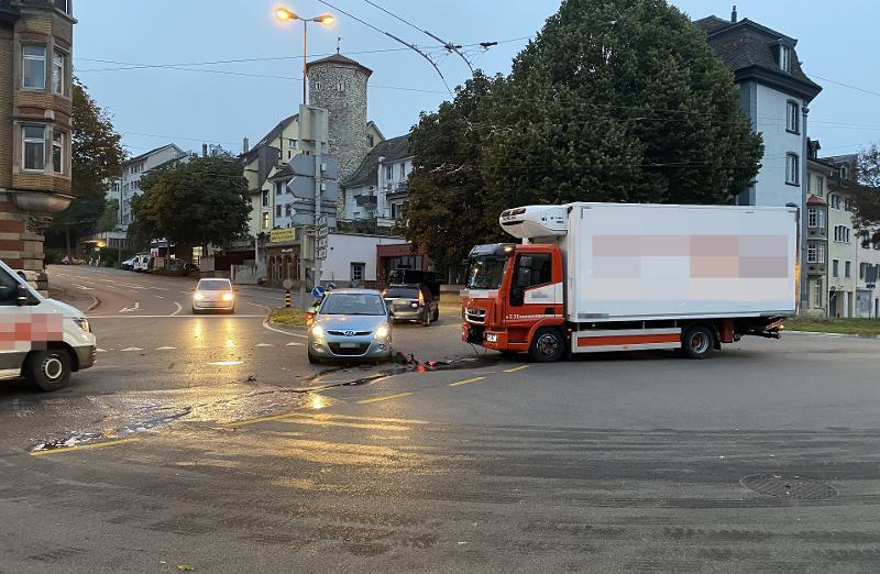 Stadt Schaffhausen: Kollision zwischen Lastwagen und Auto aufgrund Rotlichtmissachtung
