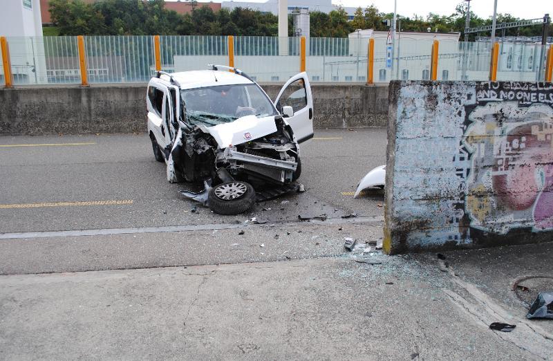 Stadt Schaffhausen: Autofahrer kollidiert mit Mauer