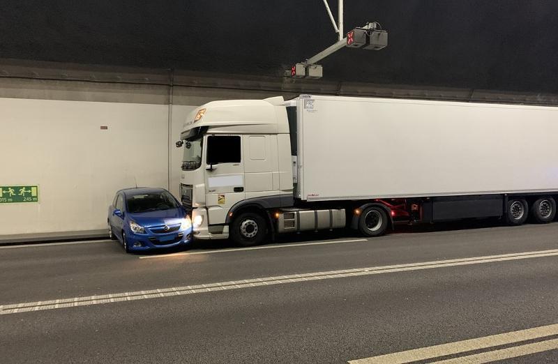 Flurlingen ZH: Lastwagen schiebt Auto rund 300 Meter über A4